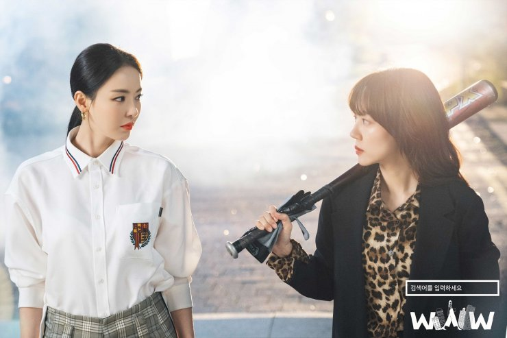 Lee Da Hee como Cha Hyeon e Im Soo Jung como Bae Ta Mi em Search: WWW do Viki