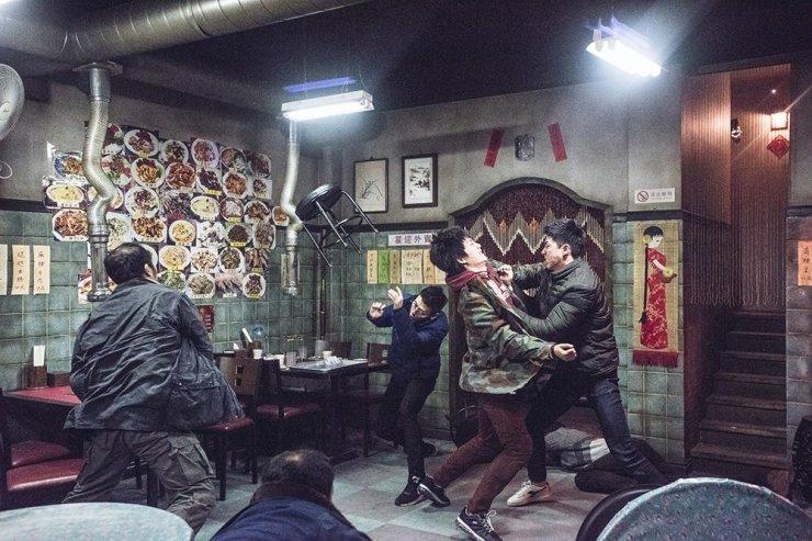 Park Seo Joon e Kang Ha Neul em cena de ação do filme Midnight Runners