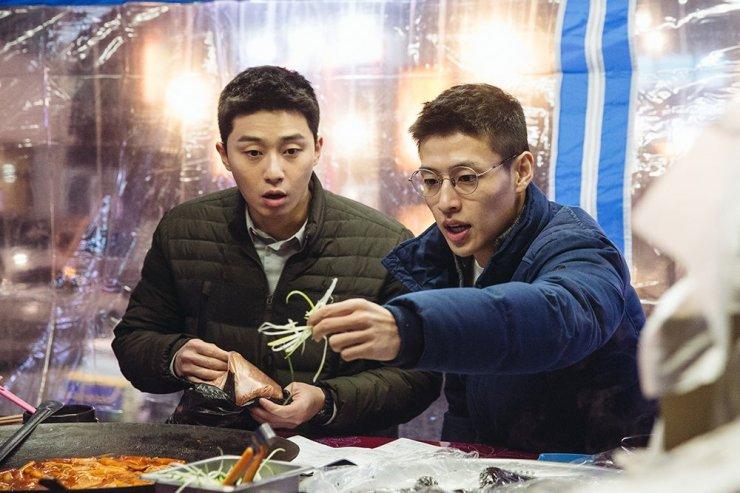 Park Seo Joon e Kang Ha Neul em cena engraçada do filme Midnight Runners