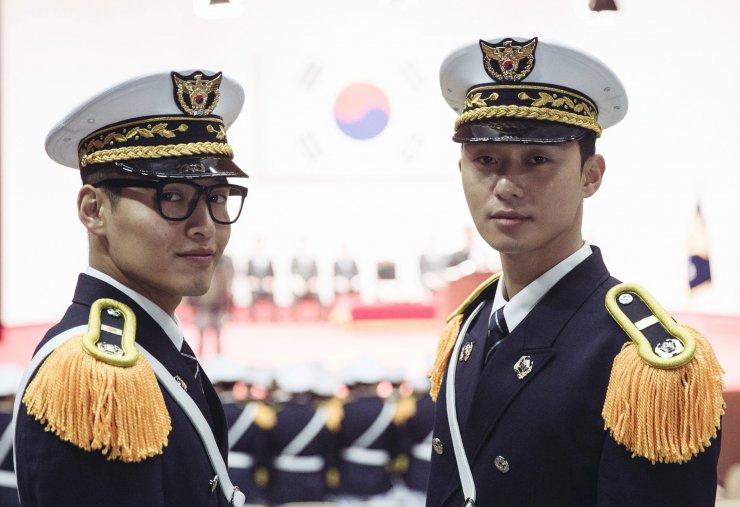 Park Seo Joon e Kang Ha Neul fardados em filme